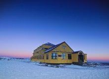 Dom Śląski pod Śnieżką o wschodzie słońca
